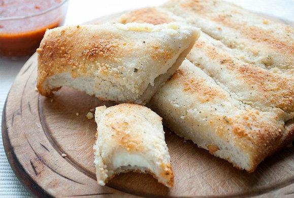 Γιώργος Λέκκας :Αφράτα κριτσίνια γεμιστά με τυρί και σάλτσα ντομάτας