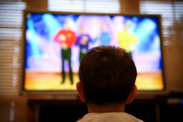 Τι επιπτώσεις αντιμετωπίζει ένα παιδί που βλέπει συνεχώς τηλεόραση;