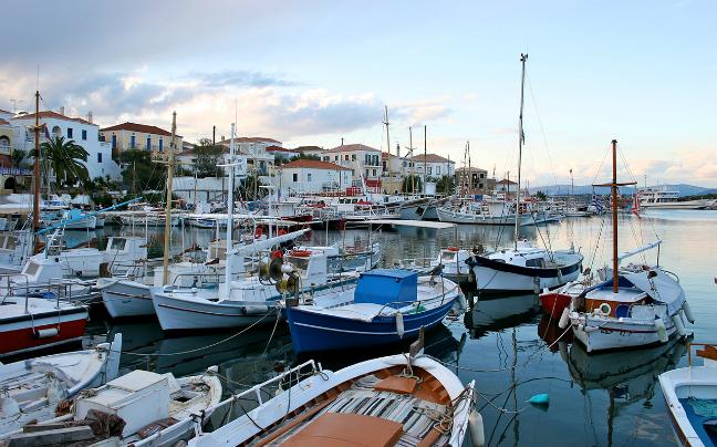 Σπέτσες: Το κοσμοπολίτικο νησί του Αργοσαρωνικού