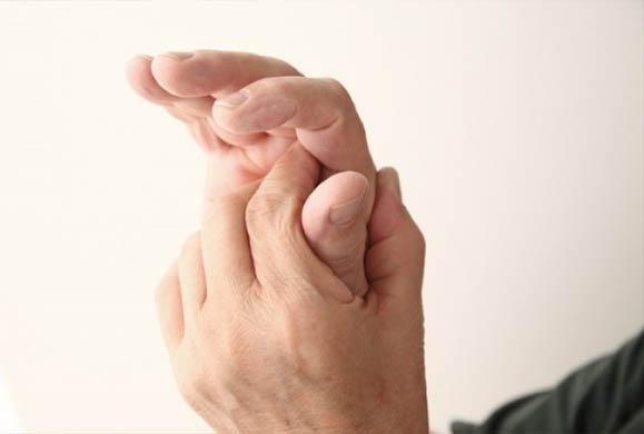 Με ποιες παθήσεις συνδέεται το μούδιασμα στα δάχτυλα χεριών και ποδιών