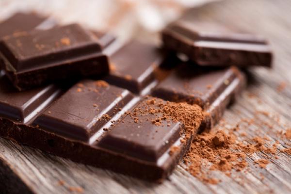 Πώς να βγάλετε το λεκέ της σοκολάτας από τα σεντόνια σας