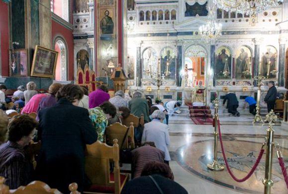 Η σημασία των Ευχών της Γονυκλισίας στην Εορτή του Αγ.Πνεύματος και γιατί υπάρχουν στην Θεία Λειτουργία της ημέρας;
