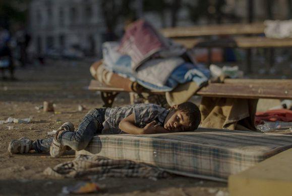 Τα παιδιά του πολέμου μόνα, αβοήθητα, μέσα σε δάση και πλατείες