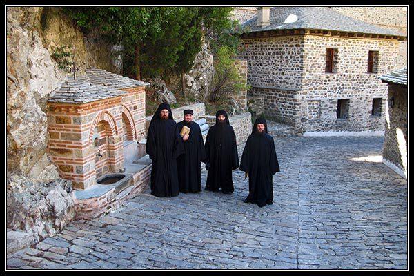 Προσφέρουν κάτι στοκοινωνικό σύνολο οι Ορθόδοξοι μοναχοί;