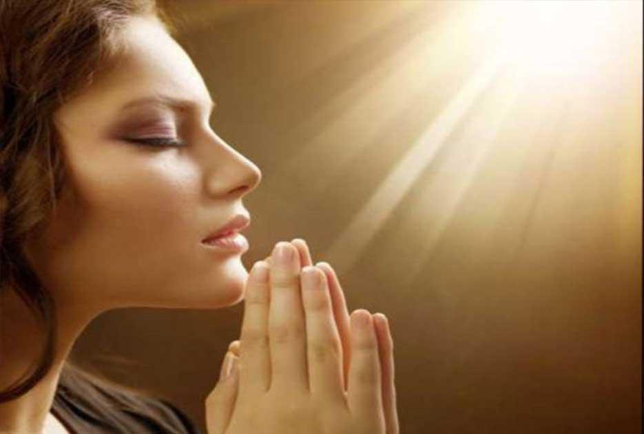 Γιατί έχει καθιερωθεί να υψώνουμε τα χέρια μας όταν προσευχόμαστε