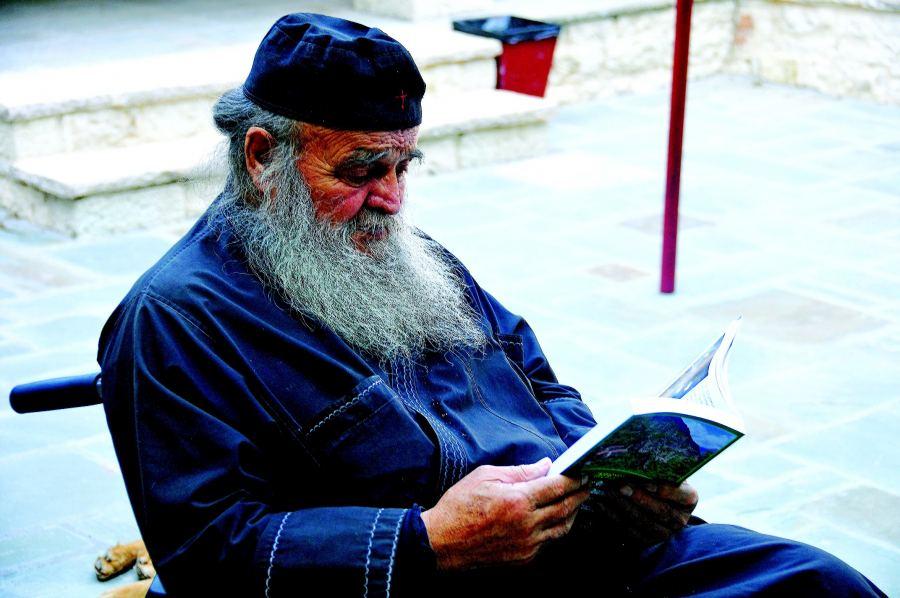 Ο γέροντας της αγάπης που φροντίζει ορφανά και κρατουμένους στα Γιάννενα