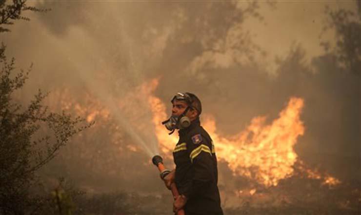 Συνεχίζεται η φωτιά στα Δερβενοχώρια