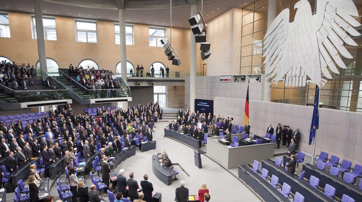 Η Γερμανική Βουλή ανέβαλε την εκταμίευση της δόσης για την Ελλάδα