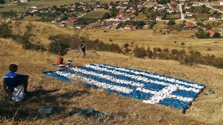 Τρίκαλα: Έφτιαξαν την Ελληνική σημαία σε λόφο με πέτρες 2 τόνων