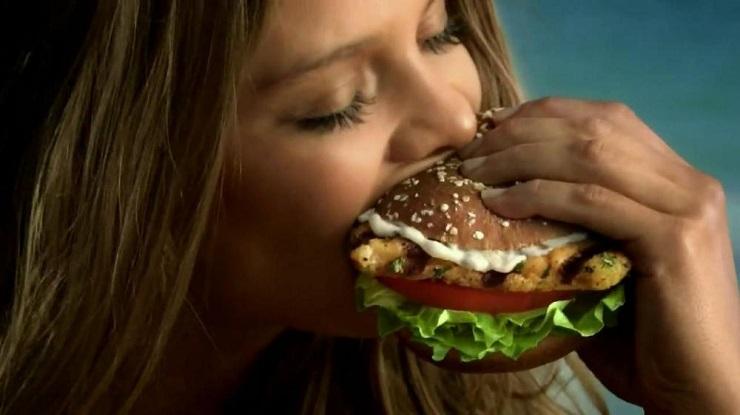 «Αδυνατίστε …τρώγοντας»: Μύθος ή πραγματικότητα;