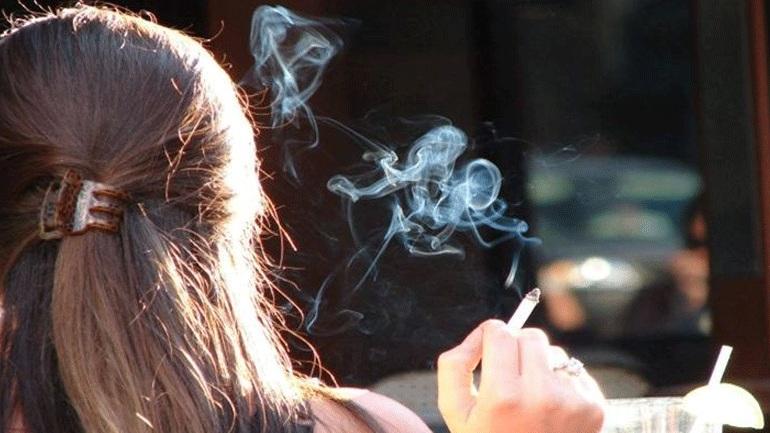 Οι άνδρες πίνουν και καπνίζουν περισσότερο, ενώ οι γυναίκες έχουν συχνότερα κατάθλιψη