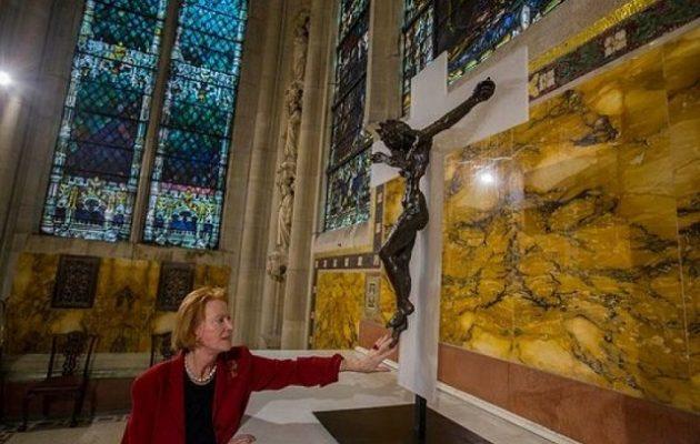 Σταυρός που απεικονίζει τον Χριστό με την εικόνα γυναίκας (φωτο)