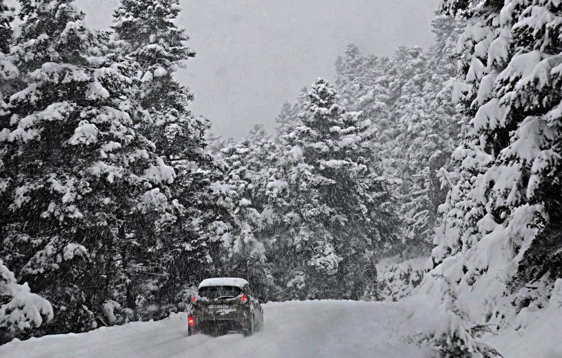 Ο «Τηλέμαχος» «σφυροκοπά» τη χώρα: Δύσκολο το βράδυ της Δευτέρας – Χιόνια, κλειστά σχολεία και παγετός!