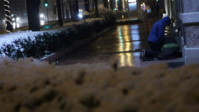Δημοτικός υπάλληλος άφησε στο ψύχος άστεγους επειδή έληγε η βάρδια του