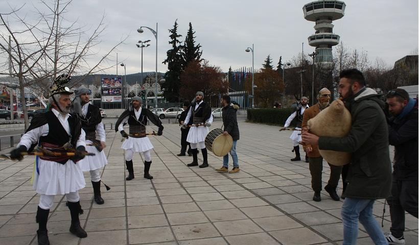 Ξεσήκωσαν το κέντρο της Θεσσαλονίκης οι Μωμόγεροι! (φωτο, βίντεο)