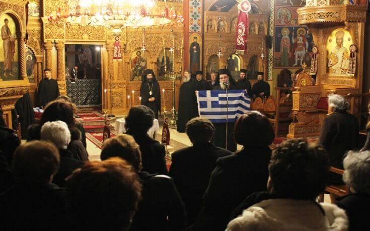 Ελληνικές σημαίες μοίρασε ο Μητροπολίτης Κισάμου και Σελίνου Αμφιλόχιος