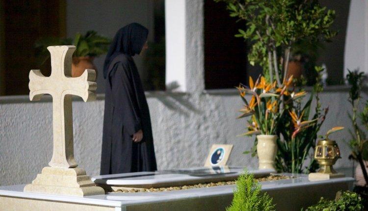 Τι κάνουμε για τον αποχαιρετισμό των κεκοιμημμένων σύμφωνα με την Ορθόδοξη και Λαική Παράδοση