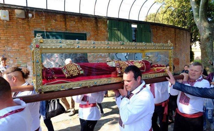 Συγκλονιστικές στιγμές  στην Βενετία από την μεταφορά της Λάρνακας όπου φυλάσσονται τα Τίμια Λείψανα της Αγίας Ισαποστόλου Ελένης