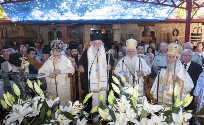 Αρχιεπίσκοπος και πλήθος Ιεραρχών και Αγιορειτών στο μνημόσυνο του ηγουμένου της Ι. Μ. Αγάθωνος Δαμασκηνού