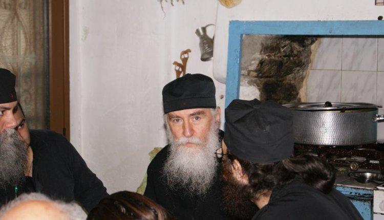 Γέρων Νίκων: Είδα να φουσκώνει το Άγιο Ποτήριο, να βγαίνουν σάρκες μέσα από αυτό και το αίμα να χύνεται έξω…