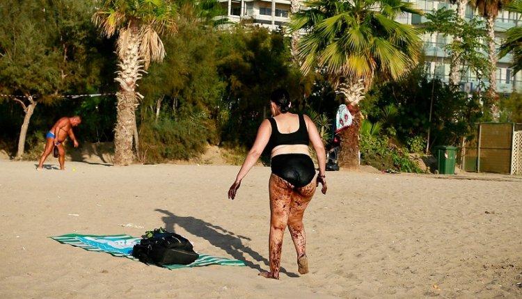 Φωτογραφία-σοκ γυναίκας που βγαίνει από τη θάλασσα του Παλαιού Φαλήρου μέσα στην πίσσα!