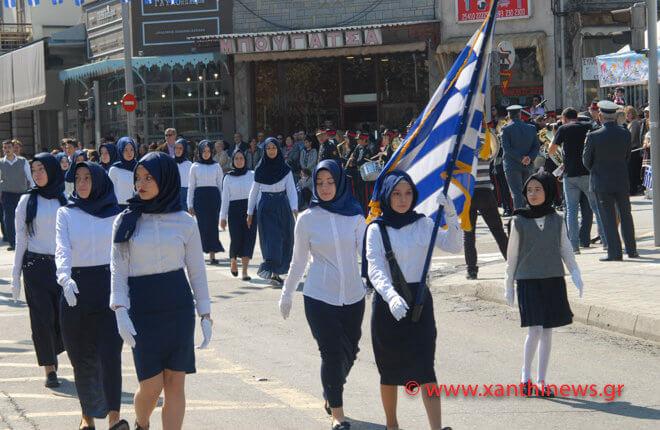 Τρίζουν τα κόκαλα του Κολοκοτρώνη: Παρέλαση με «μαντίλες» για πρώτη φορά σε εθνική εορτή… στην Ξάνθη