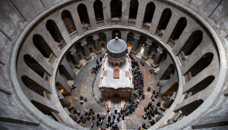 Παγκόσμιο δέος από τον τάφο του Iησού Χριστού -Το σπασμένο μάρμαρο με τον σταυρό – Δείτε βίντεο και εικόνες