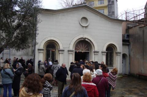Τούρκοι προσκυνούν την Παναγία και κάνουν τάματα