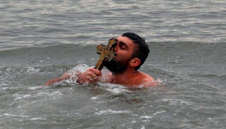 Ρίγη συγκίνησης: Βούτηξαν στα νερά της Κωνσταντινούπολης με την Ελληνική Σημαία