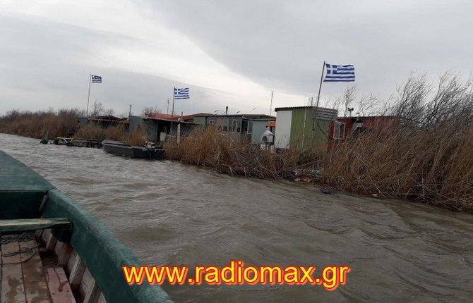 Ελληνες ψηλά το κεφάλι: Γέμισε με γαλανόλευκες η συνοριογραμμή στον Έβρο