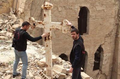 Δύο παλικάρια στα χαλάσματα εκκλησίας στο Deir Ezzor υψώνουν και πάλι τον Σταυρό
