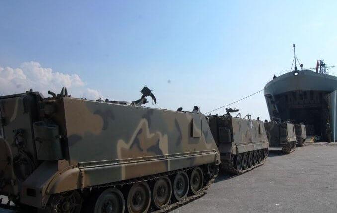 ΕΚΤΑΚΤΗ ΕΙΔΗΣΗ – Φορτώνονται άρματα μάχης, MLRS και τεθωρακισμένα σε αρματαγωγά του Π.Ν