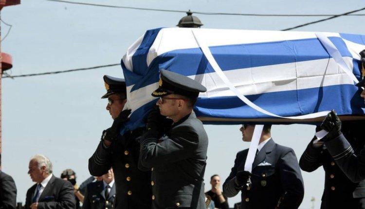 Συγκλονιστικές στιγμές: Η χήρα του ήρωα σμηναγού Γ. Μπαλταδώρου ψάλλει πάνω από το φέρετρο τον Εθνικό Ύμνο