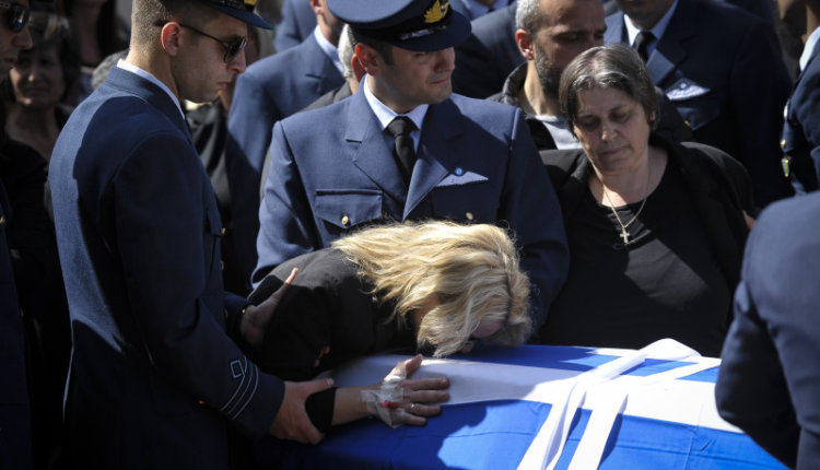 Η έκκληση της χήρας του Σμηναγού Γ. Μπαλταδώρου στον Π. Κάμμενο πάνω από το φέρετρο