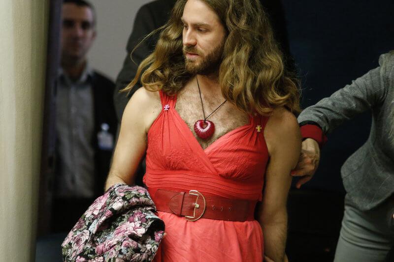 Πως καταντήσατε έτσι στα κόκκινα φορέματα την Βουλή των Ελλήνων,ωρέ δεν ντρέπεστε;