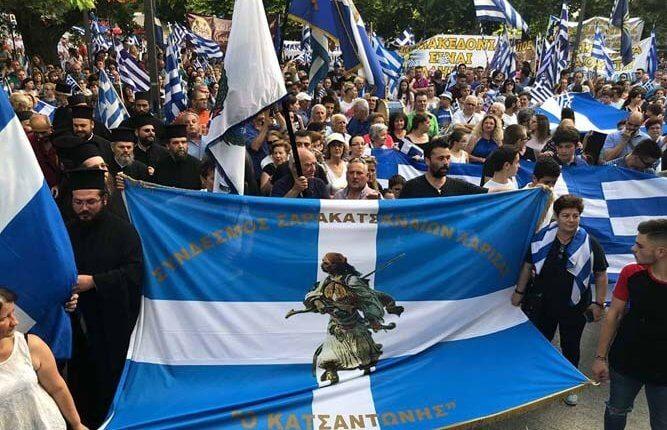 «Βούλιαξαν» οι πλατείες – Δεκάδες Ελληνες βροντοφώναξαν: «Κάτω τα χέρια από τη Μακεδονία»
