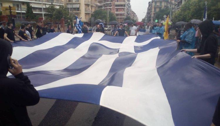 H βροχή δεν πτοεί τους Μακεδόνες: Οργή από τους πατριώτες στη Θεσσαλονίκη: «Τις υπογραφές τις βάζει ο λαός»