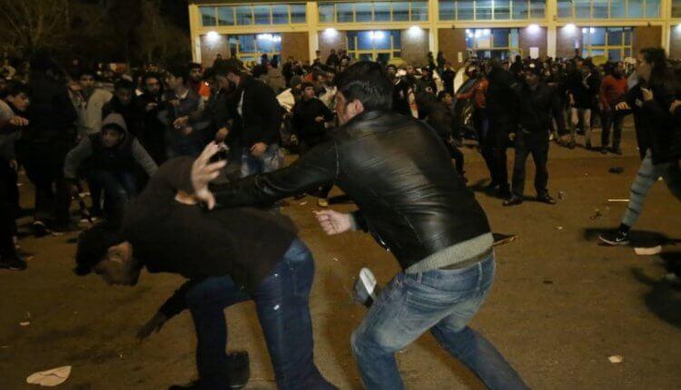 ΕΚΤΑΚΤΟ:Όχλος μουσουλμάνων επιτέθηκε σε χριστιανούς μέσα στο hot spot στο Κουτσόχερο