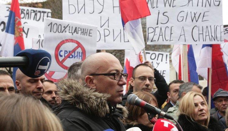 Όλα κρέμονται από μια κλωστή στο Κόσοβο: Χιλιάδες Σέρβοι βρίσκονται στους δρόμους