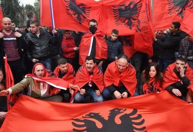 Αποκάλυψη: Δεκάδες Αλβανοί «μπουκάρουν» στην Ελλάδα – Με «λάδωμα» αγοράζουν Ελληνικά διαβατήρια!