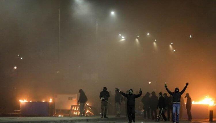Η αστυνομία περικυκλώνει το ΑΠΘ για να βρει αντιεξουσιαστές – Στις φλόγες το εργοτάξιο του μετρό
