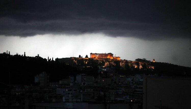Έπεσε κεραυνός στην Ακρόπολη, τραυμάτισε τέσσερα άτομα! – Πρωτοφανές περιστατικό