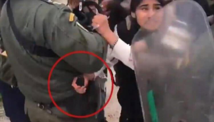 ΛΕΣΒΟΣ ΤΙ ΆΛΛΟ ΘΑ ΔΟΥΜΕ:Αλλοδαπή πήγε να αρπάξει όπλο αστυνομικού στη Μόρια!