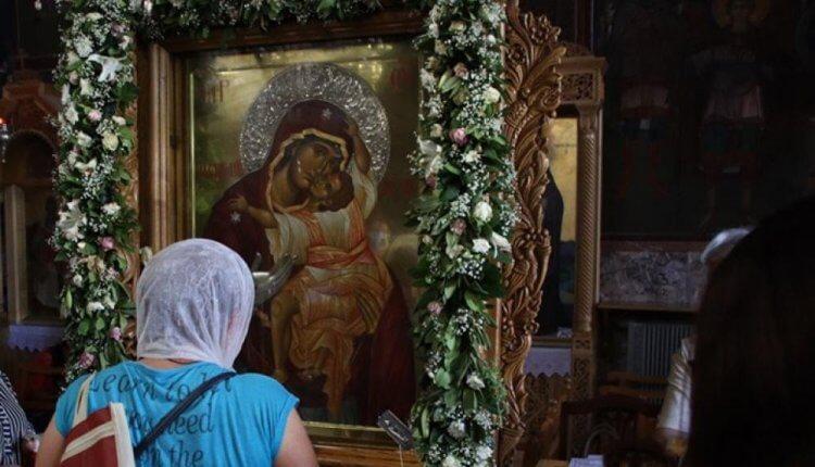 Ουρές στην εικόνα της Παναγίας που δάκρυσε στο Βύρωνα