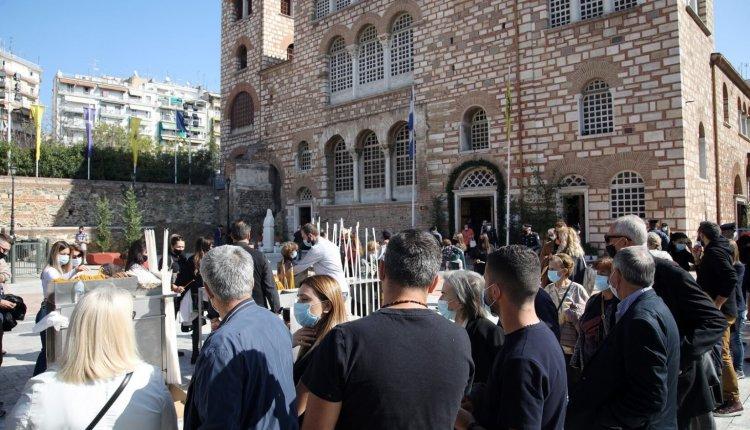 ΘΕΣΣΑΛΟΝΙΚΗ: Πλήθη λαού στο προσκύνημα του Αγίου Δημητρίου – Κεκλεισμένων των θυρών η Δοξολογία
