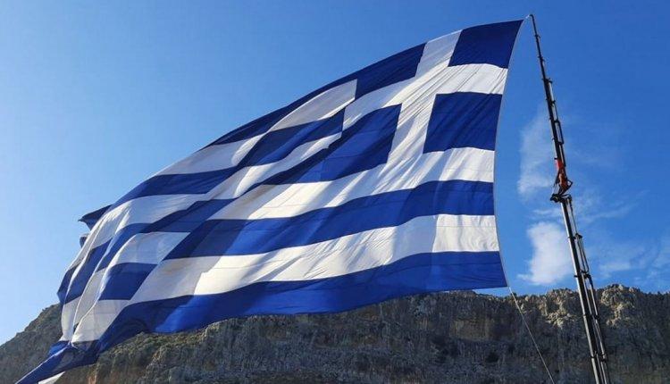 ΚΑΣΤΕΛΟΡΙΖΟ-Γιγαντιαία Ελληνική σημαία κυματίζει από το πρωί