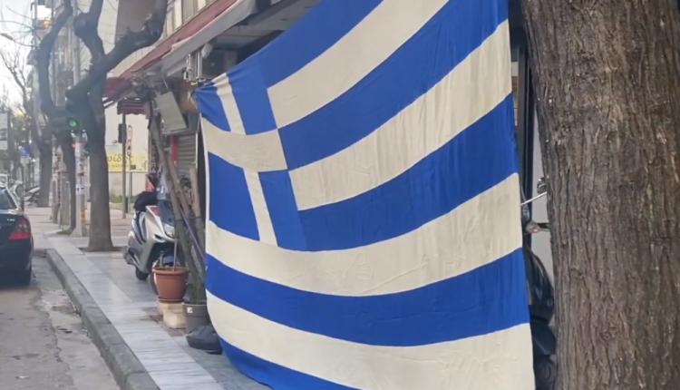Θεσσαλονίκη: Πολίτες ύψωσαν την γαλανόλευκη έξω από το τουρκικό προξενείο